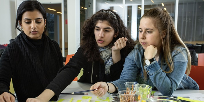Teeba Al-Dulaimi together with upper secondary school girls Helena Faraj and Lelina Myhre Nielsen. Photo: Mikal Schlosser