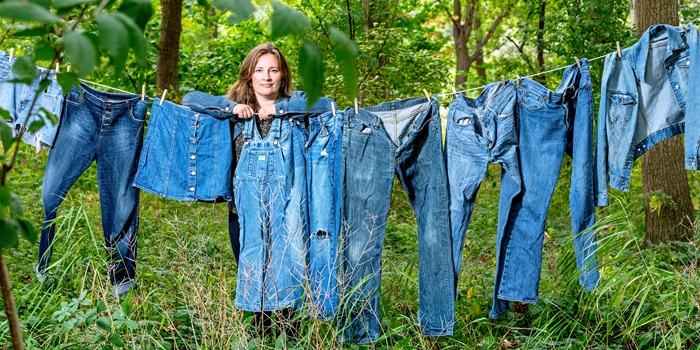 Enzyme researcher Ditte Hededam Welner uses genetic engineering to exploit E. coli bacteria in the production of indigo dye. Photo: Bax Lindhardt