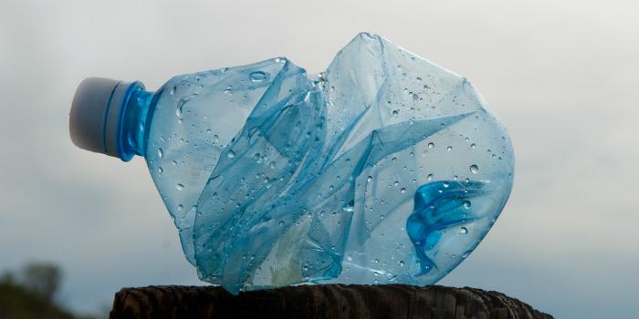 blue-plastic-bottle-Foto-Jesse-wagstaff-Flickr-web