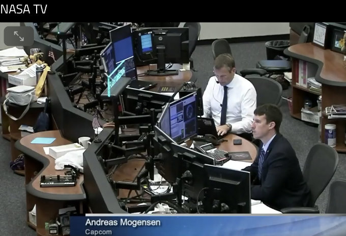 Andreas Mogensen under arbejdet med at sammenkoble Dragon-modulet med ISS 4. april 2018. (Foto: NASA TV)