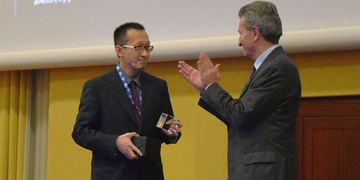 Prof. Hao Hu from DTU received the prestigious Horizon 2020 Prize for breaking the optical transmission barriers November 9th in Rome. Prof. Hao on stage accepting the award from European Union Commissioner for Digital Economy and Society, Günther H. Oettinger. Photo: Yildiz Arslan