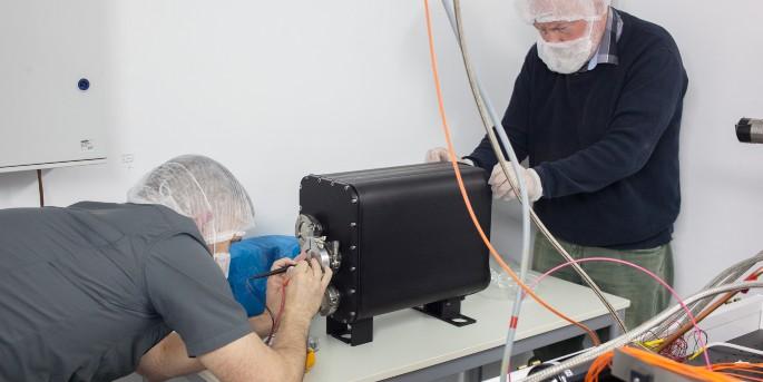 Gratingen til spektografen er på plads i den nye kasse på NOT. Opgaven blev udført af ingeniør Niels Christian Jessen (t.h.) og tekniker Michael Avngaard (t.v.) fra DTU Space. (Foto: Joonas Viuho/NOT)