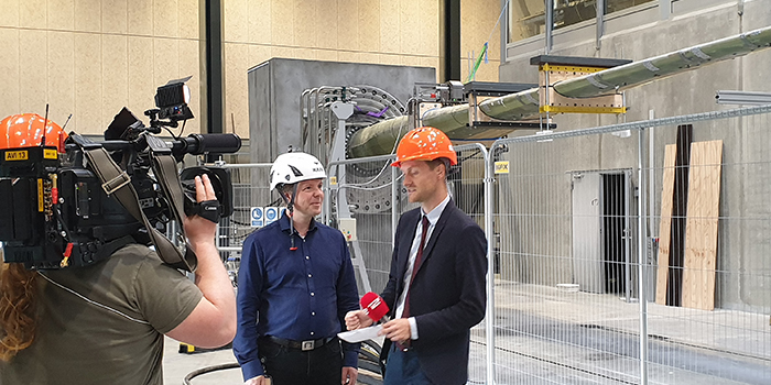 Kim Branner bliver interviewet at TV2 News i Large Scale Facility