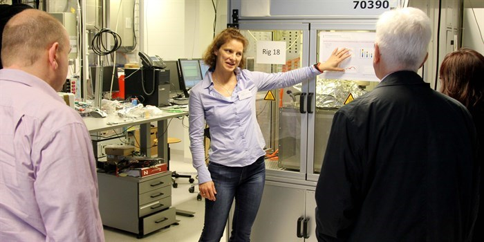 Senior researcher Anne Hauch explaining how fast and on how many levels a fuel cell can be tested at DTU Energy